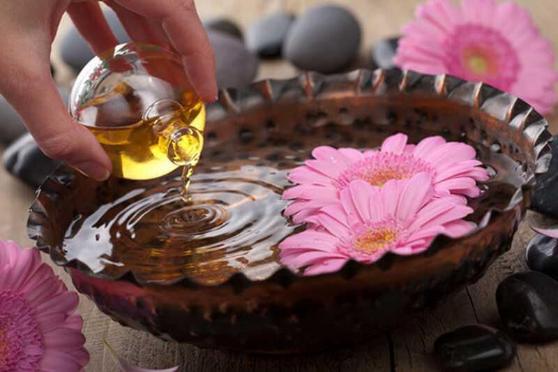 10 fördelar och användningar av sandelträ eterisk olja