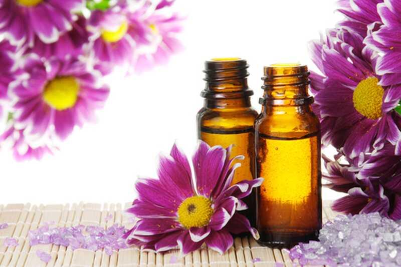 10 neverjetnih eteričnih olj proti staranju za krasno kožo