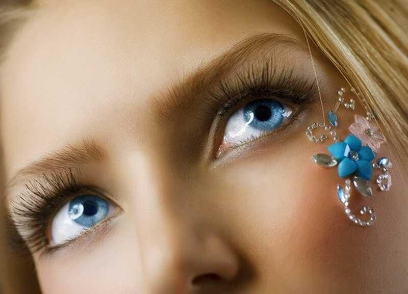4 olika sätt att locka dina ögonfransar