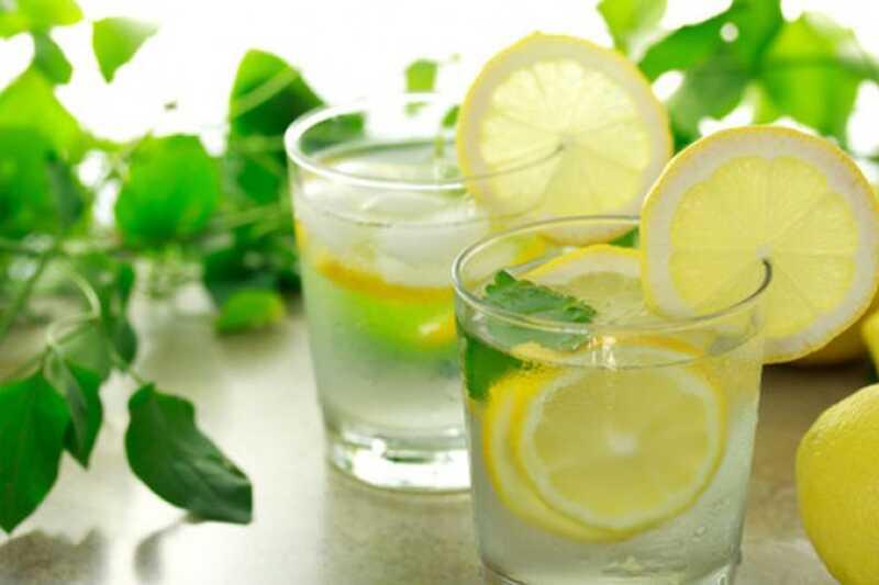 10 beneficis de beure aigua de llimona calenta que us motivarà a començar el vostre matí amb ell