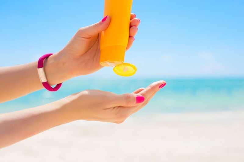 Cosa è davvero nella tua crema solare?