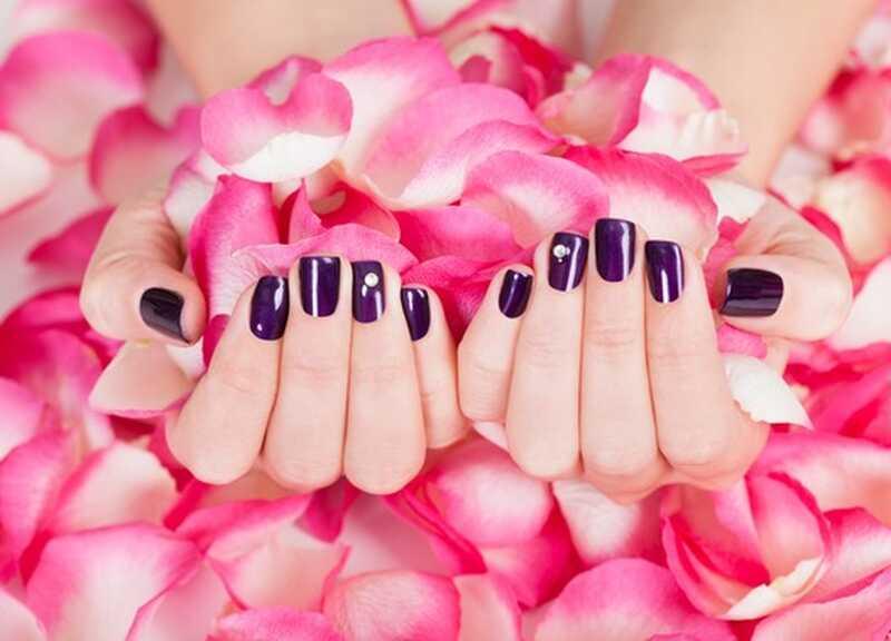 Cura de la pell natural: 9 formes dutilitzar aigua de roses per a la pell bella