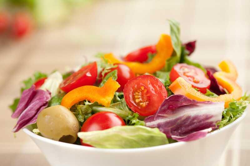 8 okusnih, preprostih solatnih receptov s samo 5 sestavin ali manj