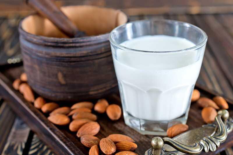 10 razlogov za pitje mandljevega mleka