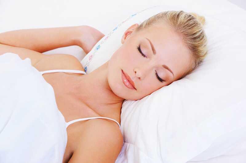 10 fantastičnih nočnih lepotnih nasvetov, da se prebudite krasno kot kraljica