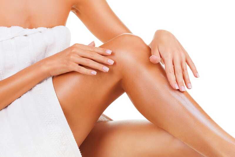 11 nasvetov o tem, kako se znebiti britvičnih udarcev na nogah in bikini po britju