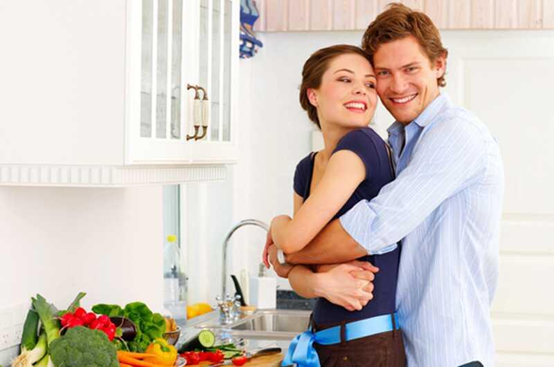 Idea divertida de la nit: 9 coses boniques que pots fer amb el teu xicot mentre et quedes a casa